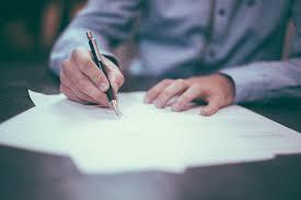 escrevendo uma redação para concurso